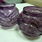 Svícen skleněný - fialový práskaný