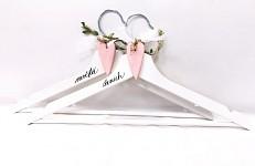 Dřevěná ramínka na šaty - s růžovým srdíčkem - 2 ks