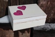 Dřevěná krabička na přání (peníze) - bílá s fialkovými srdíčky