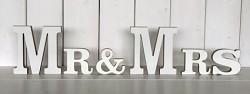 Fotorekvizita - dřevěný nápis Mr a Mrs.