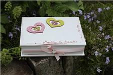 Dřevěná krabička na přání (peníze) - bílá se srdíčky
