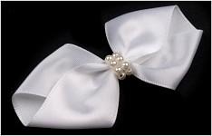 Svatební přízdoba - bílá mašlička s perlami
