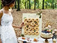 Dřevěný stojan na donuty - 45 x 55 cm