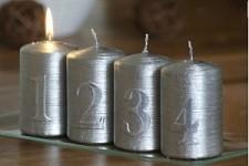 Svíčka válec metalik - adventní s čísly -  stříbrná - 4ks