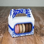 Krabička dárková s ouškem na makronky - tm.modrá