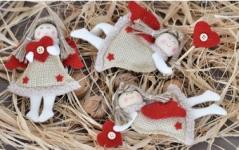 Anděl textilní  - jutový s červeným  srdíčkem letící