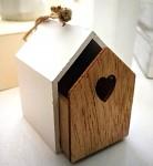 Dřevěná budka závěs - bílá/natur se srdíčkem malá