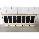 Dřevěný věšák s tabulkami - 95 cm