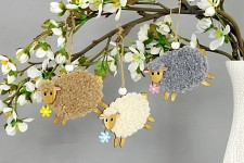 Dřevěná ovečka chlupatá s květinkou - šedá 1ks