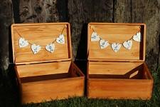 Dřevěná krabička na přání tmavá (peníze) - srdce a dary