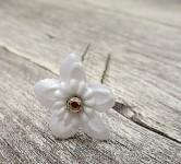 Stříbrné pérko s bílou květinkou a kamínkem - 1ks