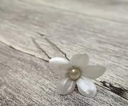 Stříbrné pérko s ivory květinkou a perličkou - 1ks