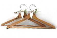 Dřevěná svatební ramínka - natur s bílým srdíčkem - 2ks