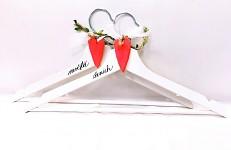 Dřevěná svatební sada červená srdce - ramínka + závěs na kliku