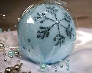 Svíčka koule - sv.modrá s vločkami - 8 cm
