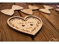 Dřevěný tácek pod prstýnky srdce - se jmény