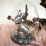 Zajíc polyrezin patina ve skle