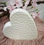 Porcelánové srdce na postavení - bílé vzorované