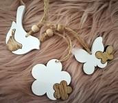 Dřevěné jarní dekorace k zavěšení - bílo-hnědý mix