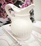 Keramický džbán s proužky a lemem