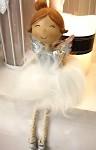 Andělka sedící v kožešinové sukýnce - bílo-stříbrná