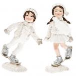 Děti zimy se šálou a sněžnicemi stojící - bílý mix