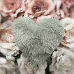 Srdce plyš závěs - šedé
