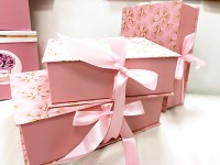 Dárkový (květinový) box - hranatý růžovo-zlatý se stuhou - 31 cm