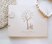 Svatební kniha hostů - dřevěná se jmény - pár u stromu