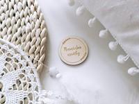 Dřevěná jmenovka s textem - kruh s lístečky