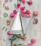 Papírový kornout na plátky růží - 8 ks - bílý krajkový lem