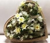 Dřevěné srdce s jarními květinami - 32 cm