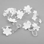 Bílé květy s perličkami a kamínky - girlanda