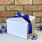 Krabička na výslužku hranatá bílá s modrou stuhou