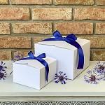 Krabička na výslužku  malá hranatá -bílá s modrou stuhou