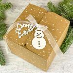 Krabička vánoční hranatá velká - kraftová se sněhem a stuhou