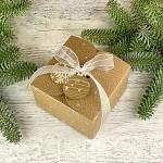 Krabička vánoční hranatá malá - kraftová s vločkami a stuhou