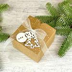 Krabička vánoční hranatá malá  - kraftová se sněhem a stuhou