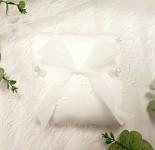 Polštářek pod prstýnky bílý vyšívaný s hedvábnou mašlí