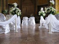Svatební dekorace - špalír - vázy s květinami - půjčovna