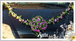 Fialová kytice s girlandou na auto - půjčovna